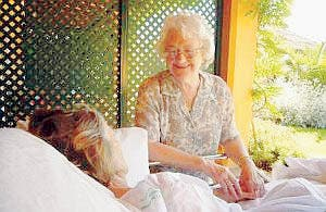 Foto Joan Hunt with patient on terrace 06-2007 Foto by Harvey Ma