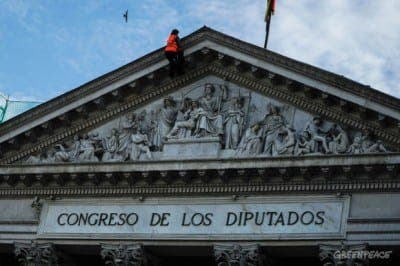 Greenpeace scales parliament building in Madrid