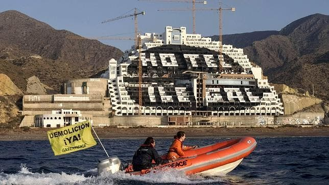Greenpeace shouts its message to the Algarrobico hotel louder than ever before