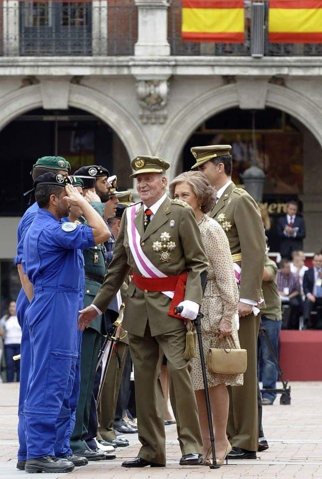 Juan Carlos officially abdicates one day before son's coronation