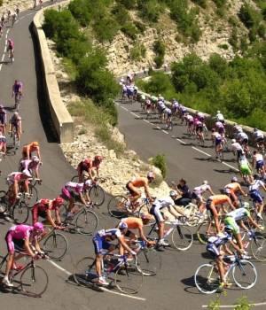 A Guardia Civil officer dies at La Vuelta a Espana