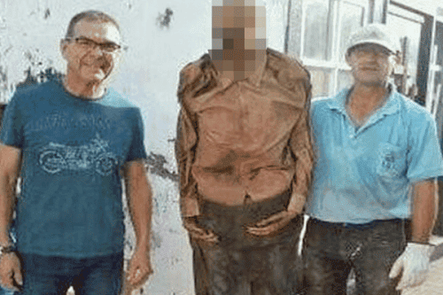 Gravedigger takes selfie with mummified corpse near Alicante