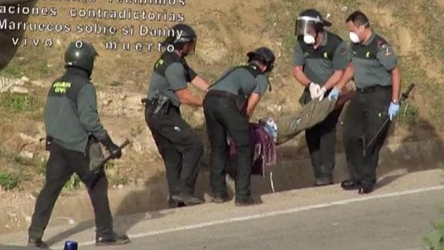 VIDEO: Spanish police beat an African migrant in Melilla before carrying him unconscious back to Morocco
