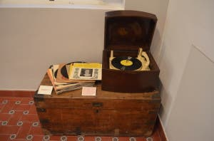 08 record player