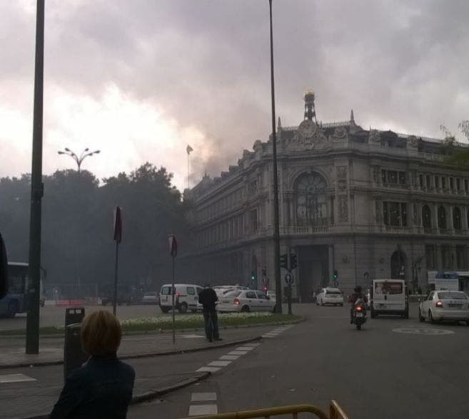 Bank of Spain bursts into flames, with three injured in the blaze