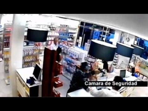 VIDEO: Spectacular failure of trilby-wearing gunman in Sevilla pharmacy hold-up
