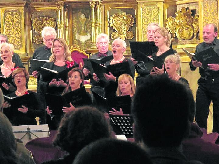 Rival expat choirs lock horns over old photograph