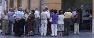 Pensioners lining up for the Imserso scheme