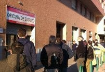 EU training spaniards queue outside unemployment office data