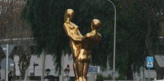 Gold statue e