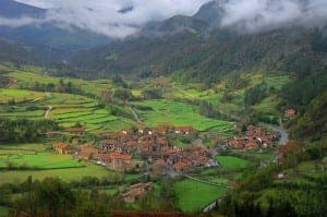 The beautiful green curves of Cantabria. Image source: eurogiras.es