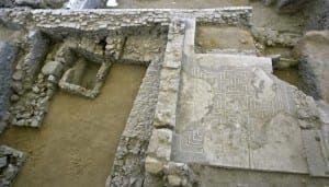 GRA286. ECIJA (SEVILLA), 11/03/2015.- El mosaico romano del siglo II después de Cristo (d), uno de los cuatro que existen en el mundo y ubicado en el yacimiento arqueológico de El Picadero de Écija (Sevilla) ha sido destrozado.El destrozo se ha ensañado en la imagen central, de doble lectura, en el que se podía ver la imagen de un joven del cortejo báquico o a un anciano sileno, según el punto de vista desde el que se contemplara la pieza. EFE/José Manuel Vidal.
