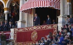 GRA324. SEVILLA, 09/04/2016.- El Rey emérito Don Juan Carlos I preside desde el Palco del Príncipe la corrida de hoy de la feria de Abril de Sevilla, en la plaza de toros de la Real Maestranza de Caballería. EFE/Julio Muñoz