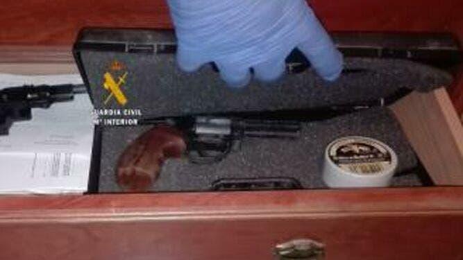 Revolver Empleado Intimidar Mujer Algarrobo_1411069015_112781952_667x375