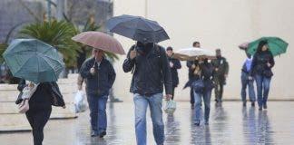 Varias Personas Protegen Lluvia Paraguas_1420068136_114135124_667x375