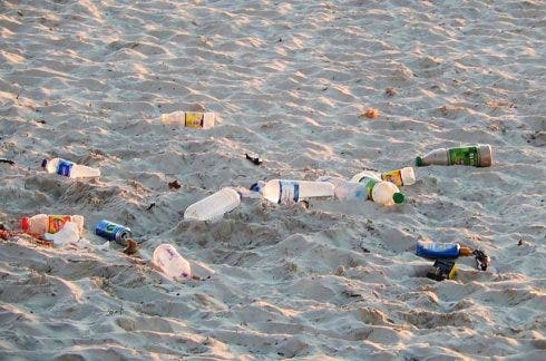 Plastic_bottles_on_beach
