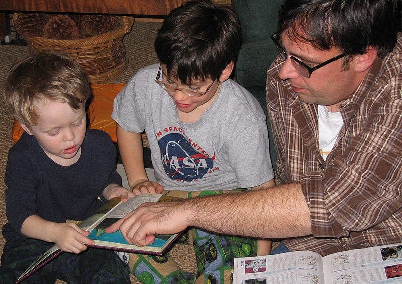 800px Family_reading_hour