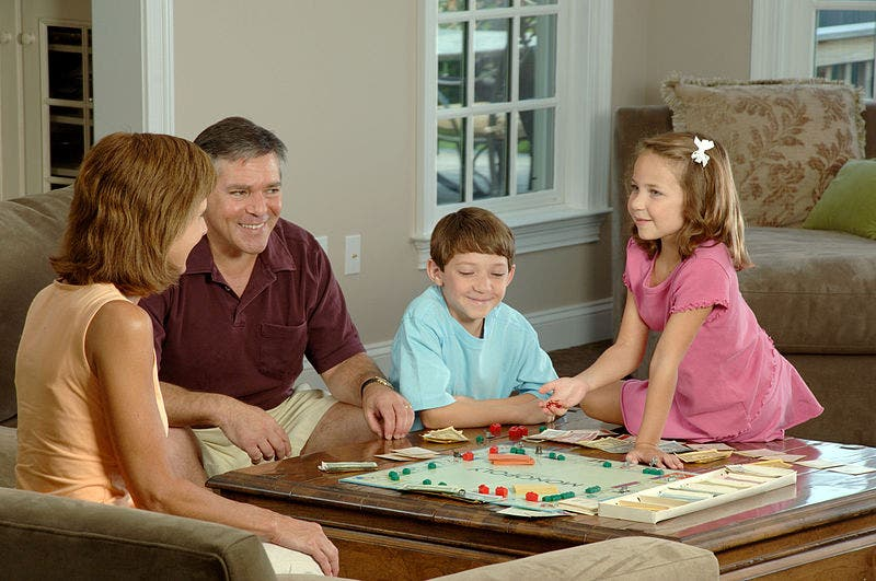 800px Family_playing_a_board