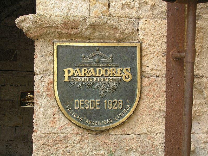 800px Emblema_de_paradores_de_turismo_en_la_puerta_del_parador_establecido_en_el_castillo_de_enrique_ii