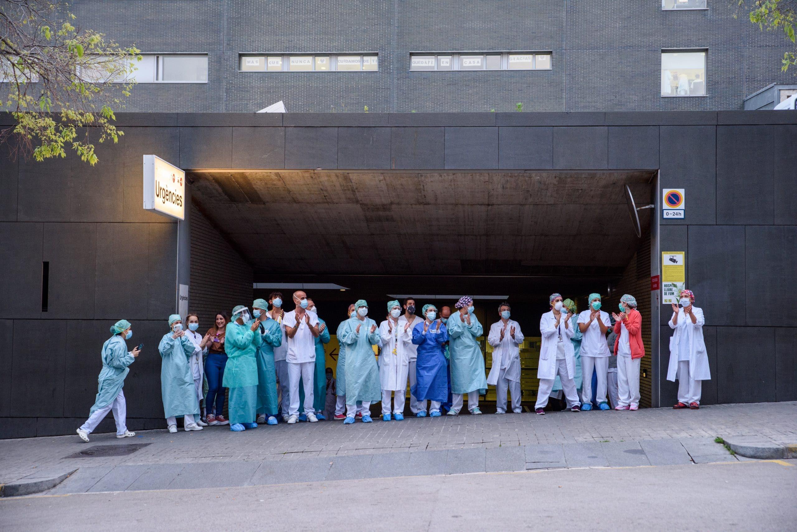 Medical Staff Applauding At Hospital Sant Pau 5