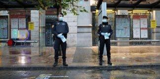 La_policia_entrega_mascarillas_en_valencia_foto_efe_004