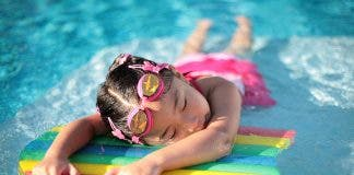 800px Girl_with_styrofoam_swimming_board