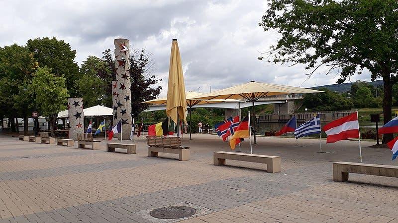 800px Luxembourg Schengen Moselle Eu Flags 02esd