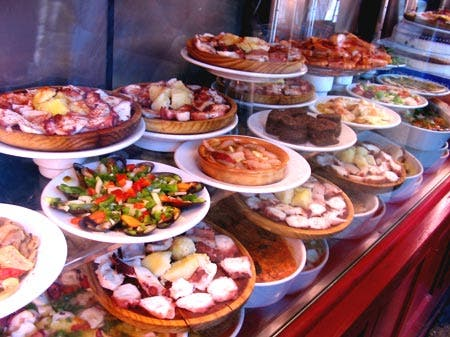 Tapas_in_the_window_of_a_madrid_restaurant