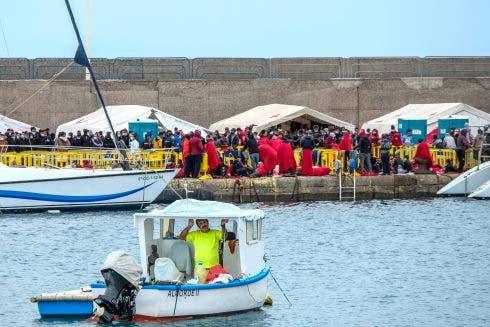 Cientos De Inmigrantes Se Encuentran Hacinados En El Puerto De Arguineguin Gran Canaria