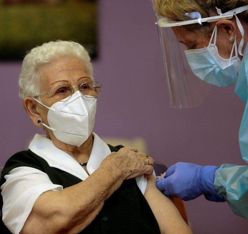 96 year old woman first in Spain to get COVID-19 vaccination – Olive Press News Spain