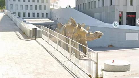 Estatua Del Dinosaurio Donde Se Ha Encontrado El Cadaver.r D.233 133